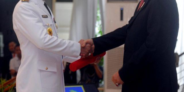 Mendagri memberikan ucapan selamat kepada Pj Gubernur Sumsel.