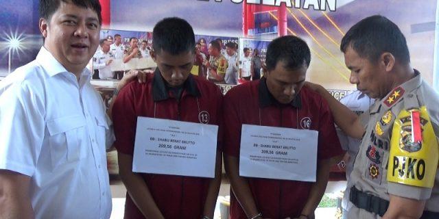 Kedua pelaku yang berhasil ditangkap polisi sedang ditanyai Kapolda Sumsel.