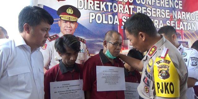Bapak dan anak yang berhasil ditangkap polisi saat ditanyai Kapolda.