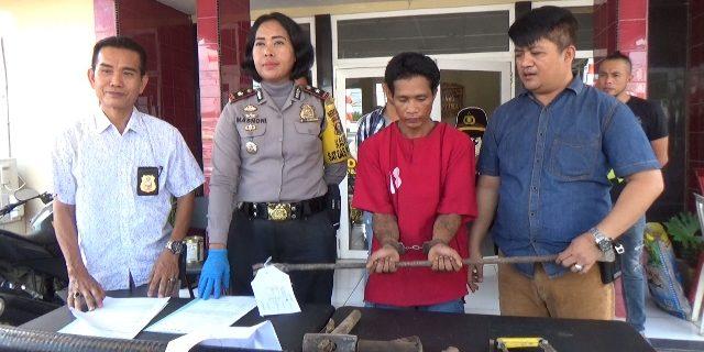 Pelaku dengan barang bukti yang berhasil ditangkap polisi.