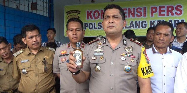 Kapolres menunjukan barang bukti yang berhasil diamankan polisi.