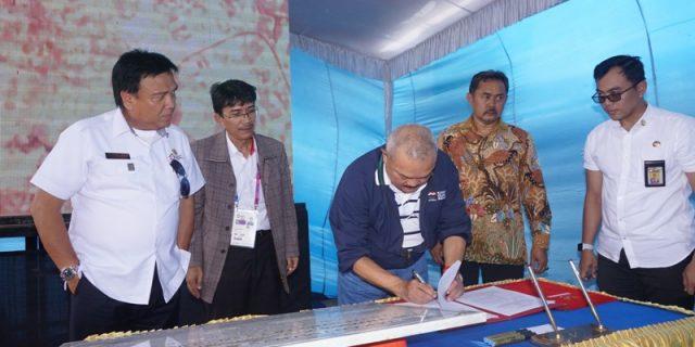 Gubernur menandatangani berita acara penyerahan hibah.