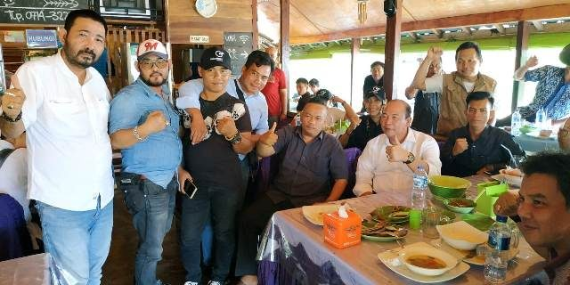 Kepala Dinas DPMPTSP MUBA Makan Siang Bersama Wartawan