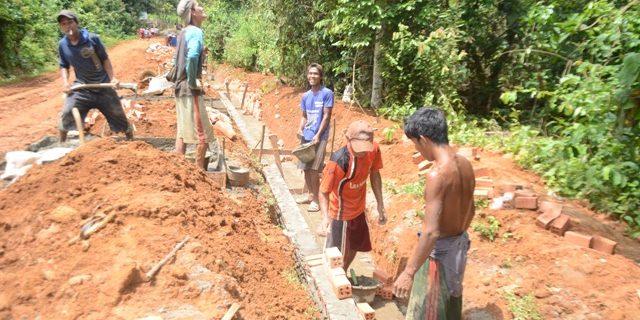 Sri Bandung Bangun Drainase Gunakan Dana Desa