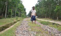 Pemdes Santan Sari Melakukan Pengecoran Jalan Desa