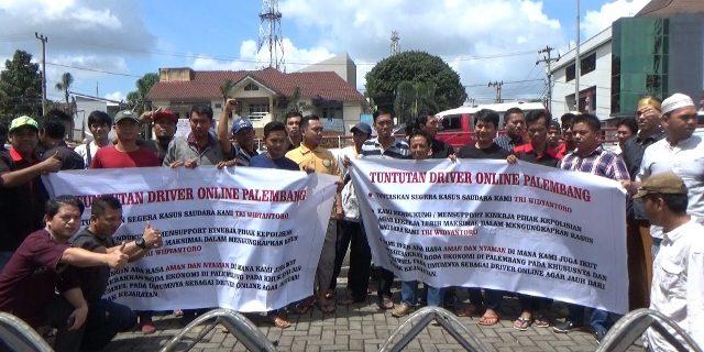 Para Satgas 86 Mengelar Demo Di Depan Gedung Polda Sumsel