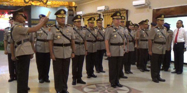 Proses Pengambilan Sumpah Pada Acara Serah Terima Jabatan Pejabat Utama Polda Sumsel
