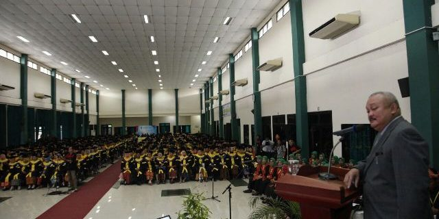 Gubernur menyampaikan sambutannya dihadapan para wisudawan UT.