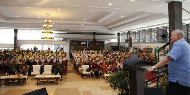 Gubernur sedang menyampaikan sambutannya didepan guru dan pelajar.