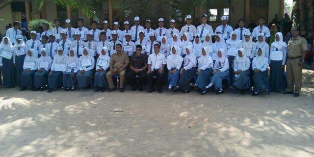 Bupati berfoto bersama guru dan para siswa.