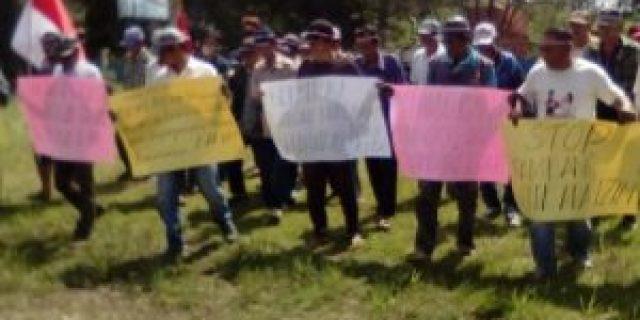 Warga Demo Didepan Kantor Camat