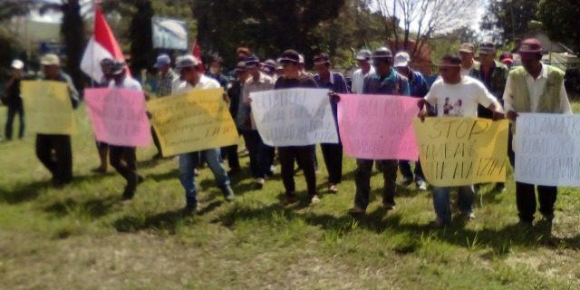 Demo masyarakat meminta galian C Ilegal segera ditutup.
