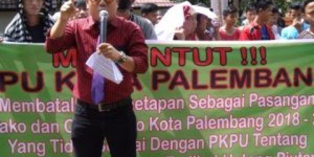 LSM Demo KPU, Diduga Paslon Miliki Hutang dan KTP Ganda