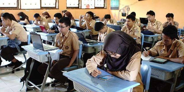 Para siswa sedang mengikuti try out.