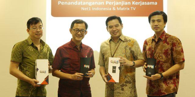 Berfoto bersama setelah penandatanganan MoU Net1 MatrixTV.