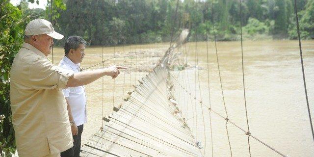 Gubernur saat meninjau jembatan yang putus di OKU.