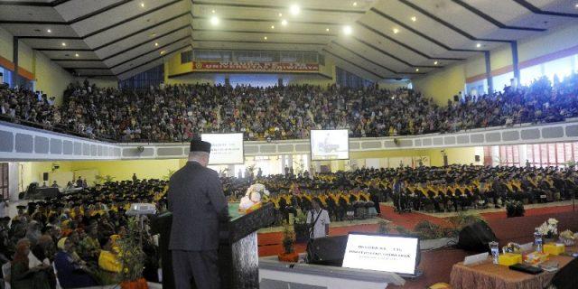 Gubernur menyampaikan sambutannya didepan mahasiswa Unsri.