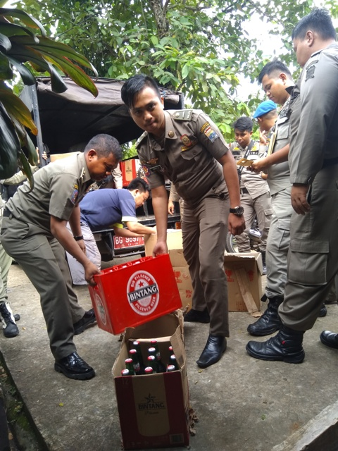 Sat Pol PP Geledah Rumah Pengecer Miras Beralkohol