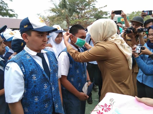 Wawako Bagikan Masker Kepada Pelajar dan Guru SMPN 53