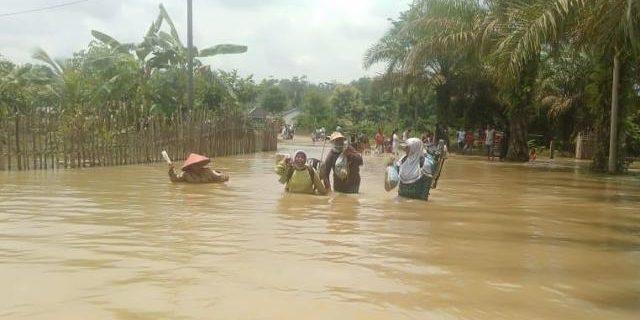 Jalan Penghubung Desa Bukit Indah Mengalami Banjir