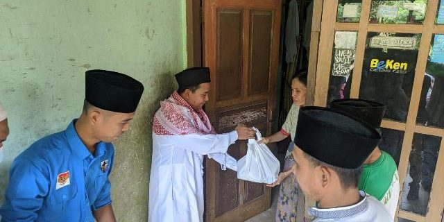 Himatalpa dan KNPI Beri Bantuan Kaum Dhuafa